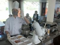 Indonesische Zuckerbäckerin bei der Waffelerzeugung