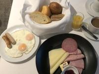 Frühstück serviert Classic Frühstück mit Spiegeleier und Würstchen