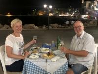 2020 09 14 Pigadia Hafenpromenade Prost beim Abendessen Rest Mesogeios