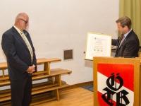 Überreichung Urkunde zum Ehrenobmann