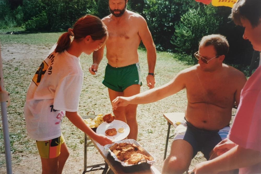 1993 08 02 Gerald verteilt Essen beim Vereinsjugendlager St Pankraz