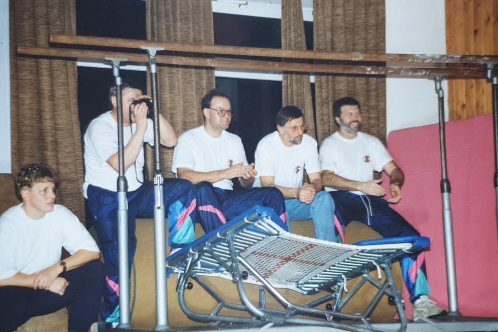 1994 12 10 Gerätedienst beim Julschauturnen im Turnerheim Neumarkt drittere von rechts Gerald Stutz