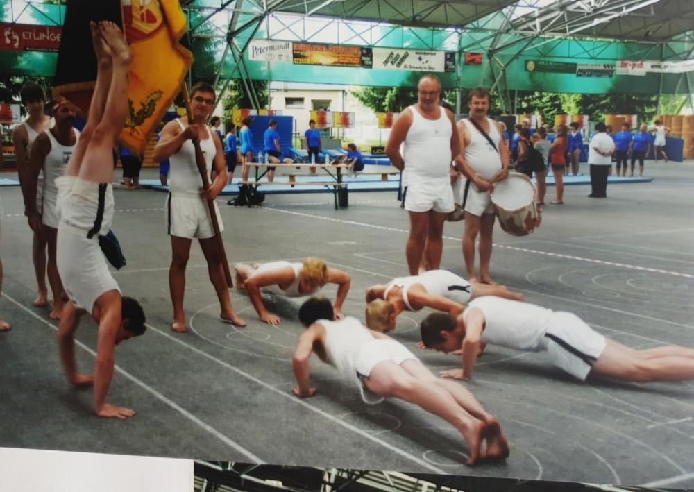 2010 07 18 Landesturnfest Steyr Vereinswettturnen kreatives Aufwärmen stehend 2 von rechts Gerald Stutz