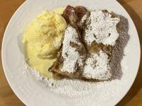Birnen Zwetschkenkuchen mit Eis als Nachspeise