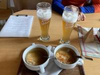 Stärkung mit Kaspressknödelsuppe und alkoholfreies Weissbier