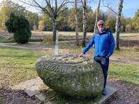 2020 10 25 Gmünd Naturpark 15 Meridian östlich von Greenwich Gedenkstein