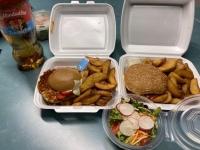 Burger bestellt vom Kiwi