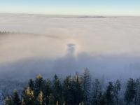 Der Turm im Schatten der Nebeldecke