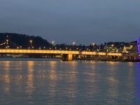 Nibelungenbrücke mit Ars Electronica Center und Schloss