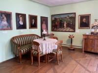 Biedermeierzimmer mit Porträts der Großunternehmerfamilie Stanieck