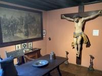 Renaissancezimmer mit fast lebensgroßen Christus am Kreuz