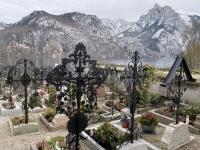 Friedhof mit vielen schmiedeeisernen Kreuzen