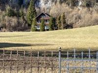Wunderschönes Jagdhaus mit teils renovierten Schmiedeeisenzaun