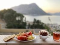 2021 05 28 Kalymnos Käse und Wein auf unserer Terrasse