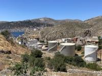 2021 05 29 Kalymnos Öllager ausserhalb von Pothia