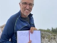 Alois trägt ins Gipfelbuch ein