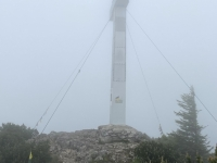Gipfelkreuz im Nebel,