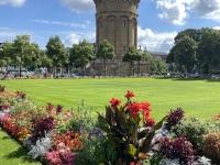 2021 08 05 Mannheim Wasserturm mit vielen Blumen
