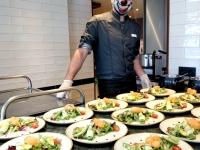 Souchef in Arthurs Bistro mit Avocadosalat