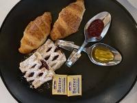 Frühstück serviert Französisches Frühstück