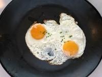 Frühstück serviert Spiegeleier