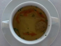 Suppe Rinderbouillon und Fleischstrudel