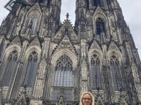 2021 08 18 Kollegin Dagmar vor dem Kölner Dom