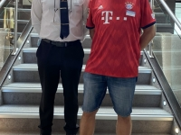 Maitre d Hotel Anton Radu mit FCB Leiberl