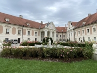 Schlosshof mit historischem Brunnen