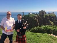 2018 05 14 Dunnator Castle mit Duddelsackspieler Reisewelt on Tour