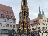 2021 08 24 Nürnberg schöner Brunnen Reisewelt on Tour Kollegin