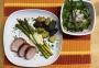 2021 04 20 Schweinsmedaillon im Speckmantel mit Spargel und Sauce Hollondaise zweierlei Ofenkartofferl und Blattsalate