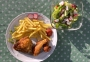 2021 04 24 Grillteller vom Huhn mit Pommes Frites und gemischten Salat