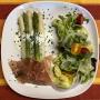 2021 06 07 Spargel mit Prosciutto auf Kräuterrahm und Blattsalaten