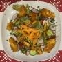 2021 06 29 Gebratene Hühnerstreifen auf buntem Salat