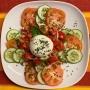 2021 08 09 Burrata auf Tomaten-Gurkensalat