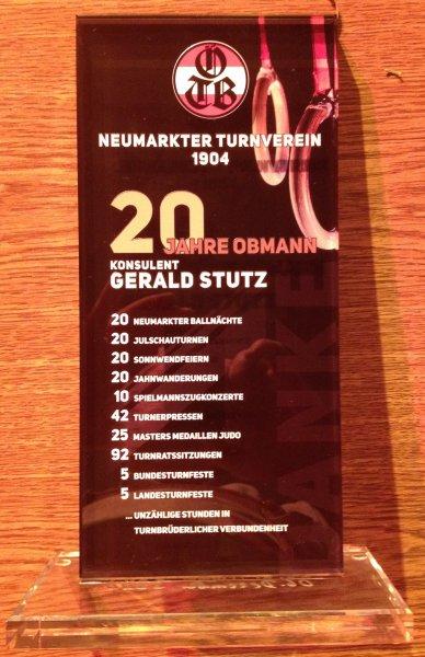 2014 12 06 Julschauturnen Glasschild als Geschenk für 20-jährige Obmannschaft vom Turnvererin