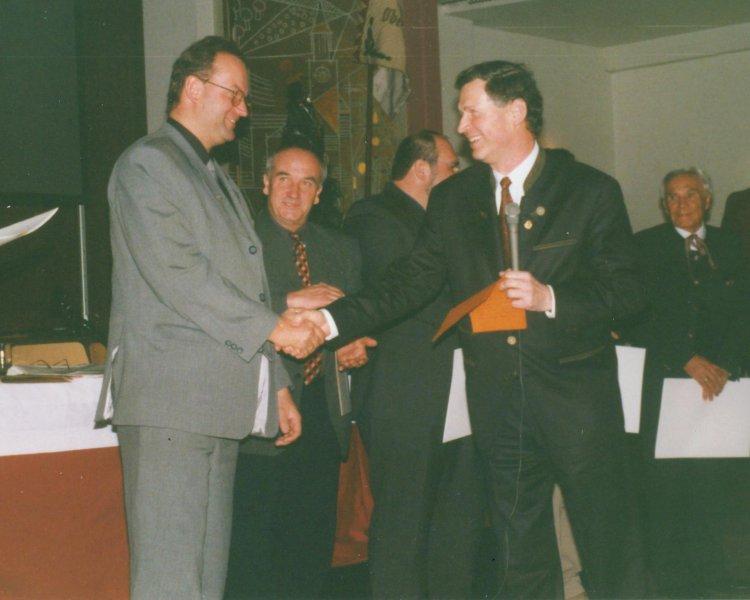 2000 03 18 Ehrenbrief des ÖTB OÖ beim Landesturntag in Enns mit LO Dr. Dieter Brandenburg
