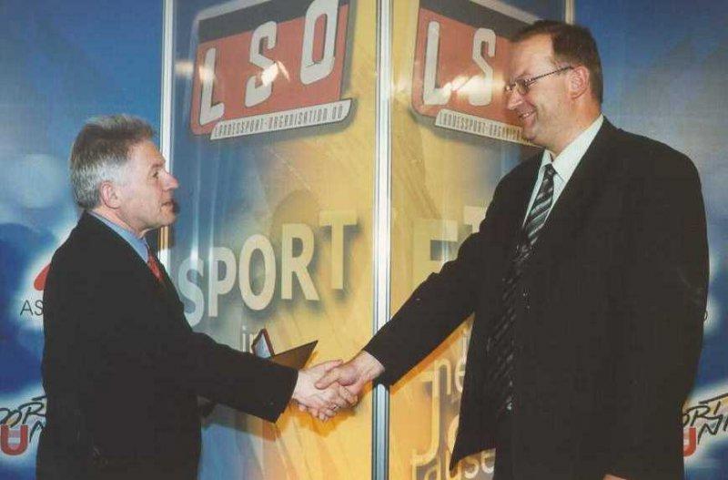 2002 04 11 Landessportehrenzeichen des Landes OÖ in Silber mit LH Dr. Josef Pühringer