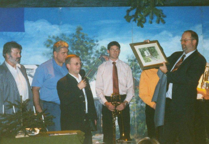 2004 12 18 Bild Turnerdenkmal als Geschenk für 10-jährige Obmannschaft vom Turnrat bei Gesamtweihnachtsfeier