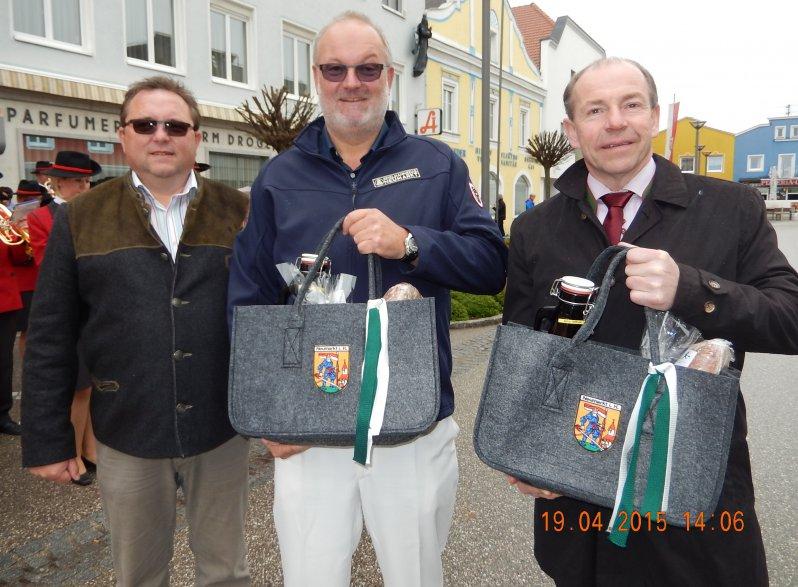 2015 04 18 Urkunde und Geschenkseinkaufstasche für 20-jährige Obmannschaft von der Marktgemeinde Neumarkt