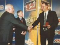 2002 04 11 Landessportehrenzeichen des Landes OÖ in Silber mit ASVOÖ-Präsident Robatscher