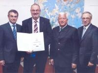 2013 06 03 Ehrenurkunde der Wirtschaftskammer OÖ für 30 Jahre RLB OÖ mit GD Dr. Heinrich Schaller
