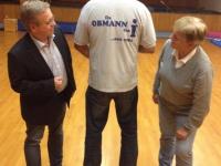 2014 11 13 Turnratsitzung Polo-Shirt und Spezialbier als Geschenk für 20-jährige Obmannschaft vom Turnrat