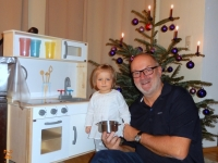 2016 12 24 Opa mit Sarah und neuer Puppenküche