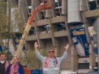 2002-04-10-cl-real_fcb-2_0-bernabeu-stadion-stutz-vor-stadion