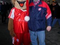 2004-12-11-fcb-stuttgart-2_2-gerald-mit-maskottchen-bernie