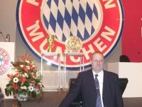2008-11-07-jhv-fcb in München stutz-vor-pokalen