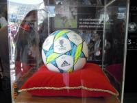 adidas-stellt-den-matchball-im-riesigen-stand-aus