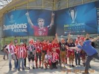 gruppenfoto-champions-league-olympiapark-mit-chelsea_fan